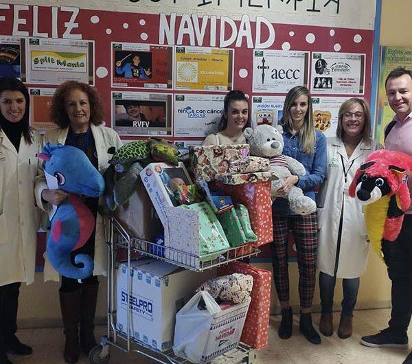 Grupo Agroponiente culmina con éxito la campaña de recogida de juguetes y los entrega en el Hospital Torrecárdenas